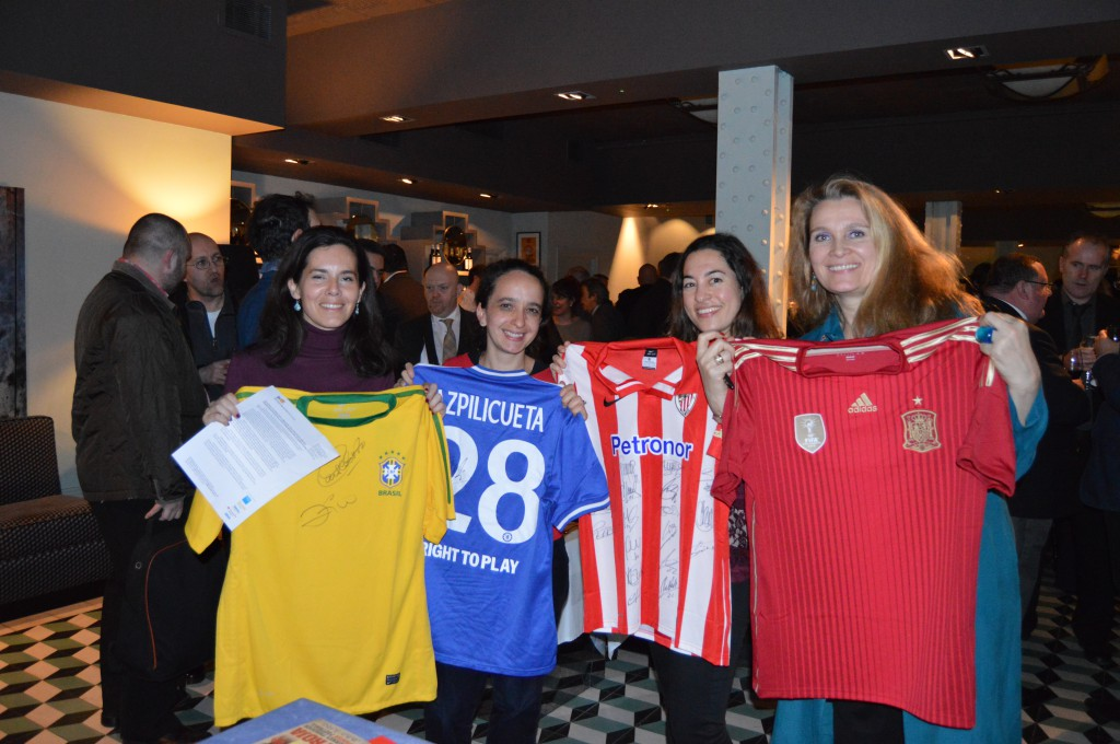 Azpilicueta dona una camiseta para becas imagosport for Oficina turismo londres en madrid